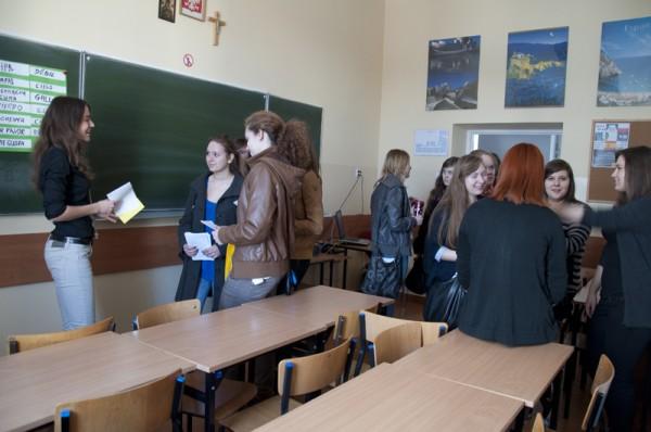 Gimnazjaliści zainteresowani nauką w klasie hiszpańskiej