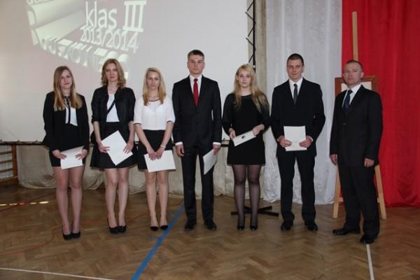 Uczniowie, którzy zostali nagrodzenia za reprezentowanie szkoły w poczcie sztandarowym oraz p. Piotr Półtorak