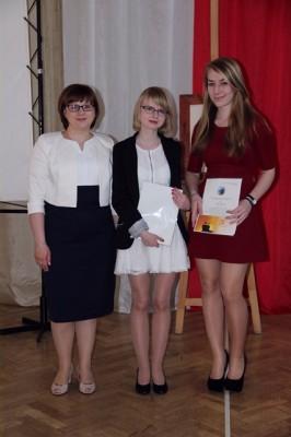 P. Barbara Majewska oraz Marta Szerakowska, ucz. kl. III d i Weronika Żochowska, kl. III f – uczennice nagrodzone za działalność w Samorządzie Uczniowskim