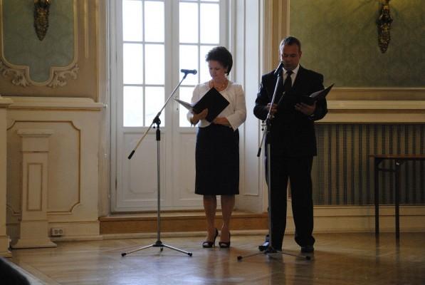 Uroczystość prowadzili: pani Lucja Orzechowska – zastępca dyrektora Departamentu Edukacji i pan Wojciech Janowicz - dyrektor Departamentu Edukacji