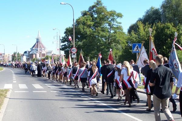 Marsz Żywej Pamięci Polskiego Sybiru zbliża się do Kościoła pw. Ducha Świętego