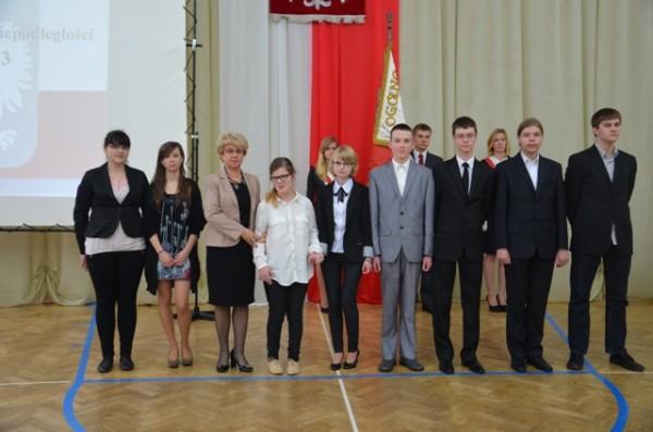 Pani Dyrektor Małgorzata Górniak oraz uczniowie, którzy otrzymali stypendia