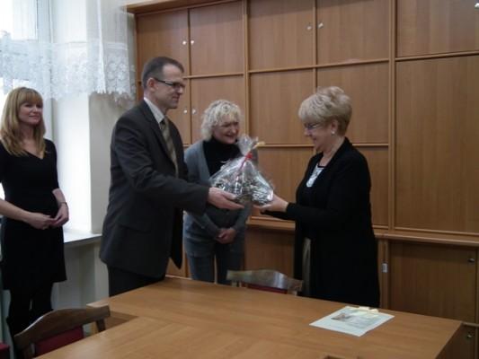 Reprezentanci Komitetu Studniówkowego Rodziców przekazują na ręce Pani Dyrektor Małgorzaty Górniak zaproszenie na Studniówkę