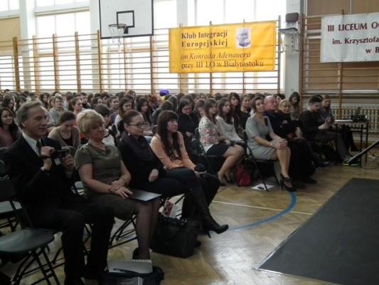 Dyrekcja, zaproszeni goście i młodzież III LO