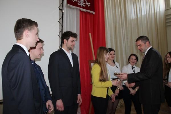 P. Kamil Zakrzewski wręcza statuetkę Marii Perzynie z kl. III d
