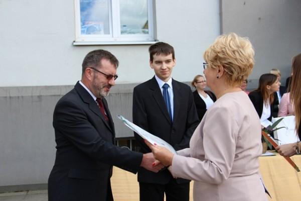 Pani Dyrektor Małgorzata Górniak składa gratulacje ojcu Michała Goworko, który uzyskał najwyższą średnią w szkole 5,88