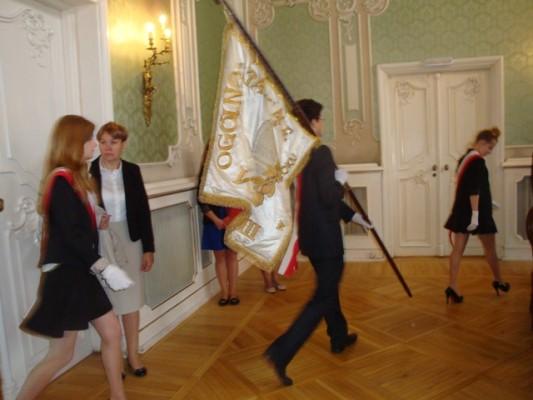 Wejście Pocztu Sztandarowego III LO do Auli Magna Pałacu Branickich