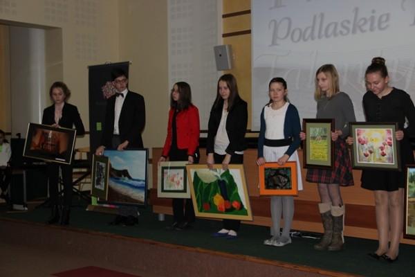 Stypendyści, którzy przekazali swoje prace malarskie i fotograficzne (pierwsza z lewej Zuzanna Siemieniako, ucz. kl. II d)