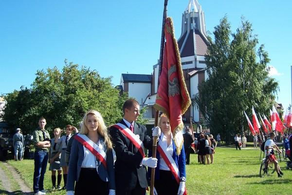 Poczet sztandarowy III LO przy Kościele pw. Ducha Świętego w Białymstoku