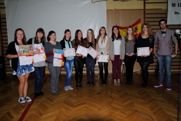 Uczennice klas hiszpańskich nagrodzone w konkursie fotograficznym oraz nauczyciel Ricardo Casado Ingelmo