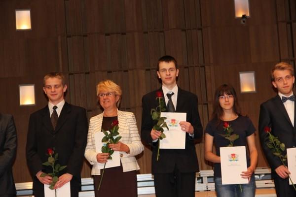 Adam Rzeńca, ucz. kl. II c oraz Pani Dyrektor Małgorzata Górniak wśród wyróżnionych laureatów olimpiad przedmiotowych