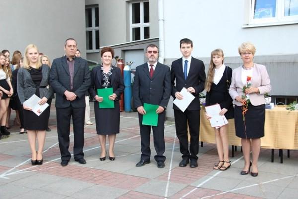 Pani Dyrektor Małgorzata Górniak oraz uczniowie, którzy uzyskali najwyższe średnie ocen w szkole wraz z rodzicami