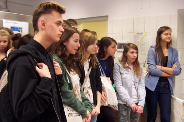 Uczniowie III LO z zainteresowaniem słuchają o zasadach pobierania próbek tkankowych do diagnozy