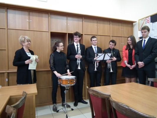 Pani Dyrektor Małgorzata Górniak oraz uczniowie, którzy odegrali uroczyste fanfary