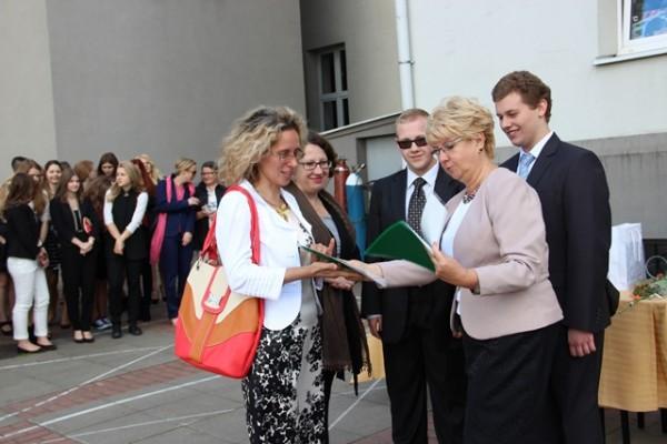 Pani Dyrektor Małgorzata Górniak gratuluje rodzicom uczniów, którzy mieli 100-procentową frekwencję