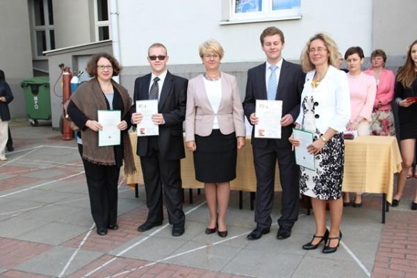 Pani Dyrektor Małgorzata Górniak, Michał Barchanowicz, kl. I g i Adam Bajguz, kl. I h (uczniowie ze 100-procentową frekwencją) oraz rodzice