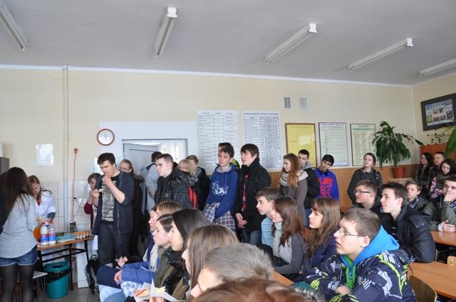 Gimnazjaliści z zainteresowaniem uczestniczą w lekcji otwartej z fizyki