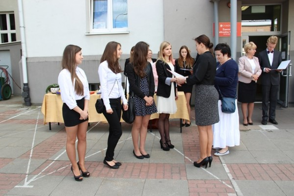 Pani Wicedyrektor Barbara Kalinowska i p. Katarzyna Nocna wręczają listy gratulacyjne uczennicom kl. 0g, które uzyskały średnią 5,0 i wyżej
