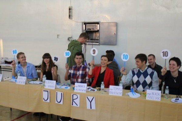 Jury w składzie p. Beata Parciak,p. Tomasz Białkowski, p. dyr. Barbara Kalinowska, przewodniczący SU  , Kamila Borowska kl. IIB, Adam Skibicki kl. IIB