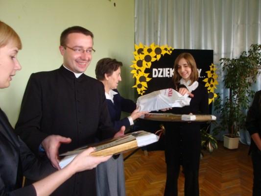 Agnieszka Ruczaj odbiera gratulacje i nagrodę za zdobycie I miejsca