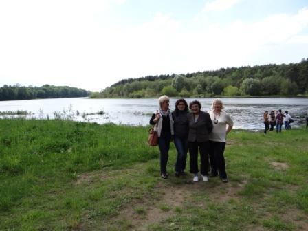 Bohatyrowicze nad Niemnem ( druga od prawej- pani Teresa Bohatyrowicz opiekująca się grobem Jana i Cecylii