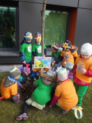 Żonkile przed Centrum sadzą przedszkolaki