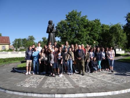 III LO przed pomnikiem A.Mickiewicza w Nowogródku