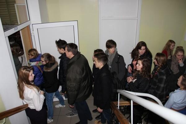 Gimnazjaliści przechodzą do sali gimnastycznej na spotkanie z Panią Dyrektor