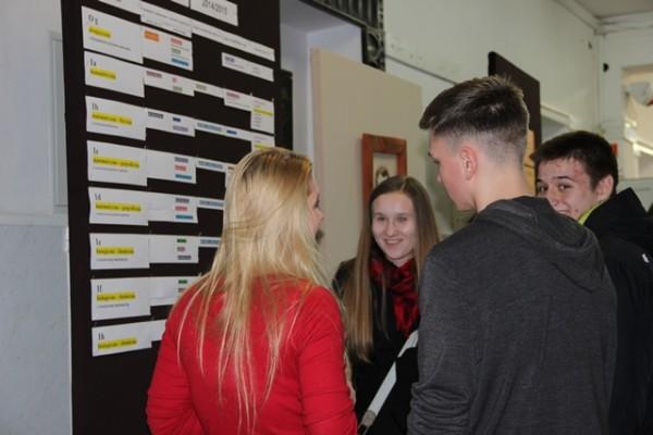 Uczniowie III LO opowiadają gimnazjalistom o życiu szkoły