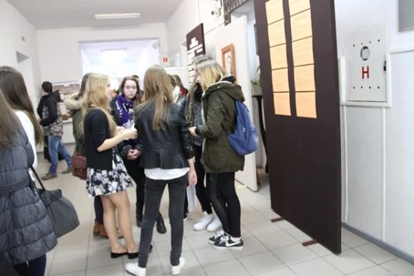 Gimnazjaliści na korytarzach III LO