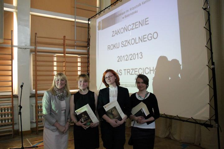 Pani Małgorzata Tomaszewska, Kamila Cieśluk z klasy III h, Monika Godlewska z klasy III i, Edyta Ułanowicz z klasy III g