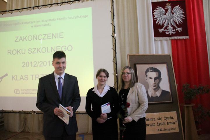 Pani wicedyrektor Ewa Zaniewska, Katarzyna Trochimczuk oraz Jakub Kozak z klasy III c