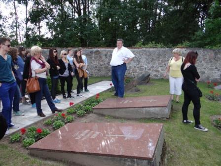 Jaszuny na Litwie- dyrektor jaszuńskiego gimnazjum pokazuje cmentarz, na którym pochowany jest Jan Śniadecki