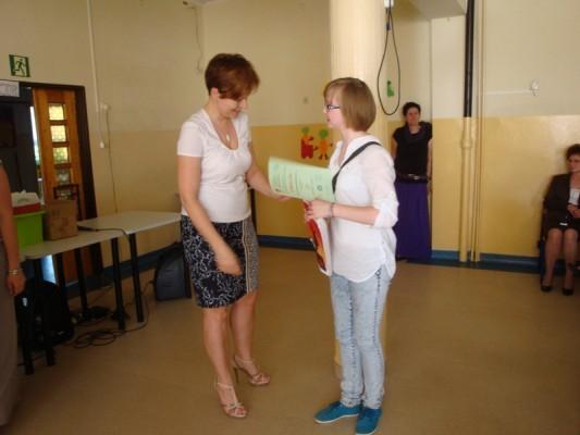 Julia Maksymowicz odbiera dyplom i nagrodę