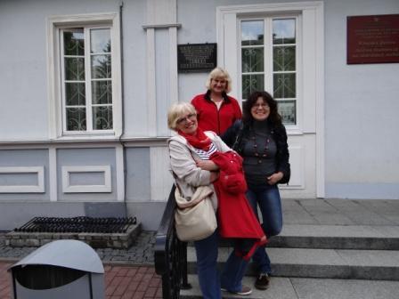 Kadra polonistyczna przed domem E.Orzeszkowej