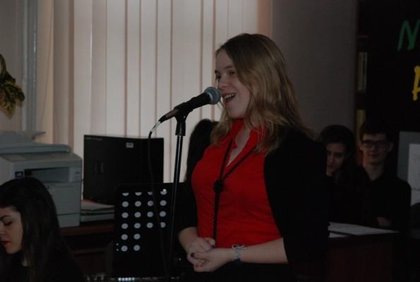 """Karolina Prusiel w trakcie wykonania """"Miejscowej idiotki z tutejszym kretynem"""" Juliana Tuwima"""