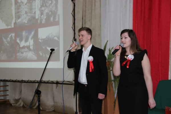 Karolina Sętorek i Karol Czarnowicz śpiewają piosenkę Ojczyzna