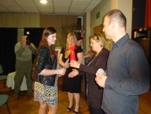 Karolina Sętorek odbiera Dyplom  i Statuetkę Laureata