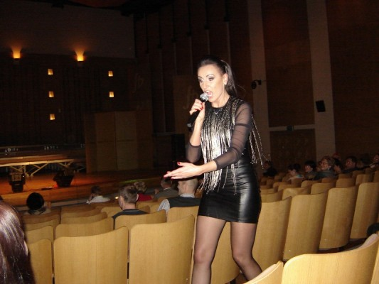 Katarzyna Niemyćko w trakcie żywiołowego  koncertu