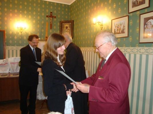 Nagrodę odbiera Agnieszka Ruczaj z kl. II i