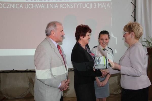 Nagrodę odbiera Emilia Rydzewska z Rodzicami