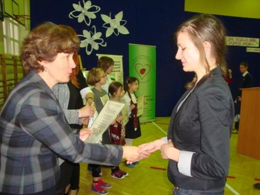 Natalia Borowska, laureatka III miejsca  odbiera dyplom i nagrodę