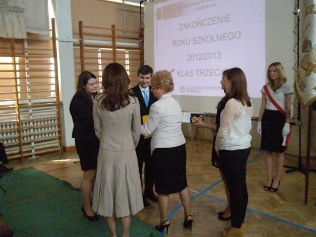 Dyrektor Małgorzata Górniak i wychowawca klasy III a Joanna Perkowska wręczają listy gratulacyjne  uczniom ze średnią powyżej 5,0