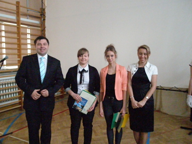 Wicedyrektor Barbara Kalinowska i wychowawca klasy III c Grzegorz Dąbrowski  z uczniomi ze średnią powyżej 5,0