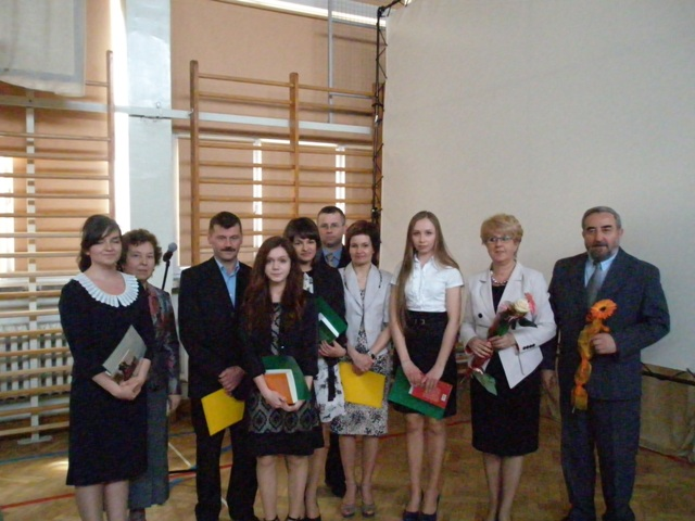 Dyrektor Małgorzata Górniak i wychowawca klasy III e Adam Jasiński z uczniami ze średnią powyżej 5,0 i ich rodzicami