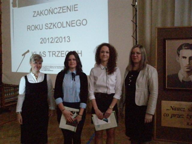 Wicedyrektor Ewa Zaniewska i wychowawca klasy III g Krystyna Ratasiewicz  z uczniami ze średnią powyżej 5,0