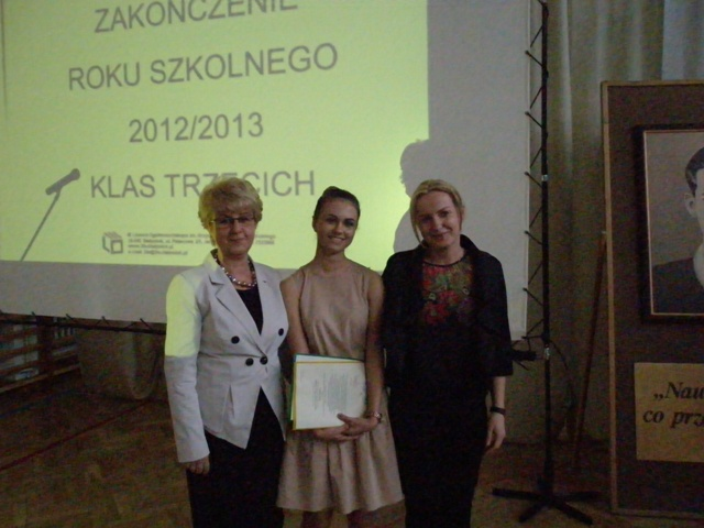Dyrektor Małgorzata Górniak i wychowawca klasy III h Kinga Łowicka-Kwiatosz z uczennicą ze średnią powyżej 5,0
