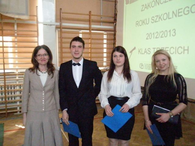 Wychowawca klasy III a Joanna Perkowska z uczniami ze średnią 4,75-5,0