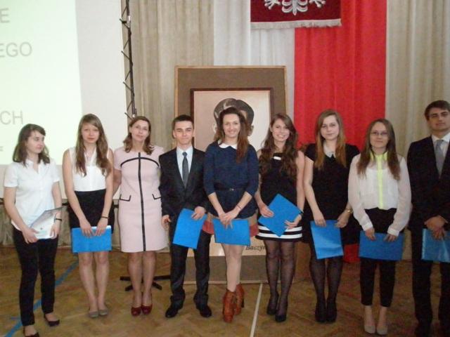 Wychowawca klasy III d Anna Awier z uczniami ze średnią 4,75-5,0