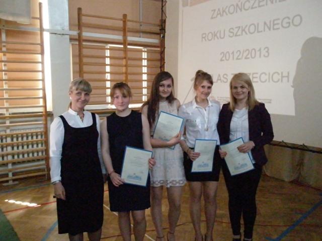 Wychowawca klasy III g Krystyna Ratasiewicz z uczniami ze średnią 4,75-5,0